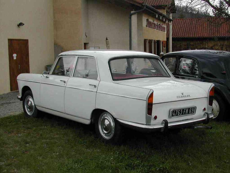 PEUGEOT « 404 » dessinée par lItalien Pininfarina, présentée en 1960 et produite jusquen 1972. Le classicisme !