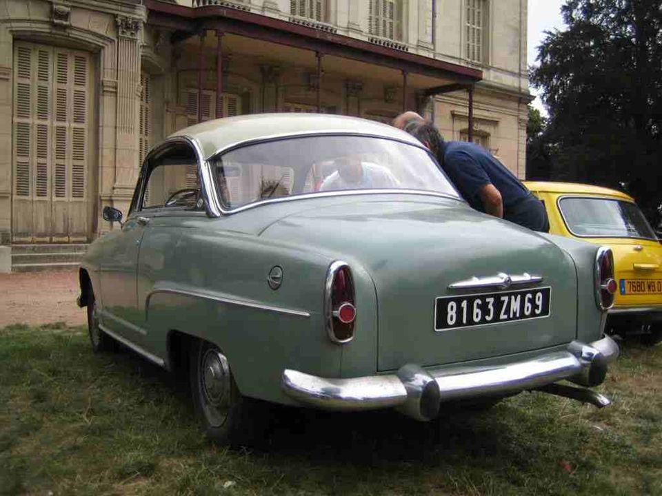 SIMCA « Aronde » lancée en 1951 et produite jusquen 1963 sous lappellation P 60. Ici en version « Grand Large ». Une marque fondée en 1934 par Henri P