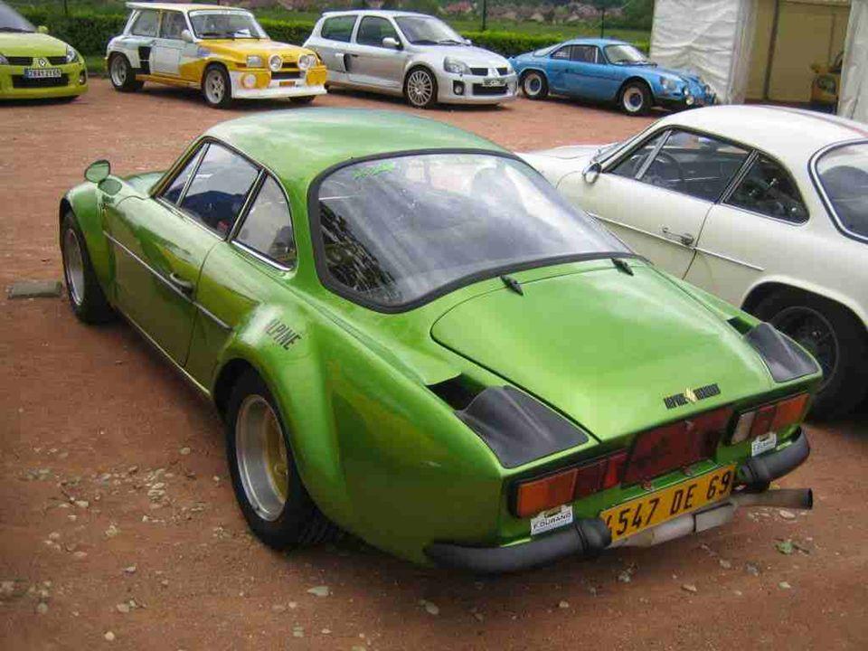 ALPINE « A 110 » à mécanique Renault, berlinette produite de 1960 à 1977. Tenue de route, moteur efficace et beauté de la carrosserie, voilà la recett