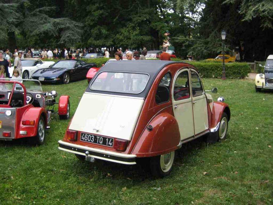CITROEN « 2 CV ». Produite pendant 42 ans, de 1948 à 1990 (version Charleston). Cahier des charges de lépoque : 4 roues sous un parapluie pour transpo