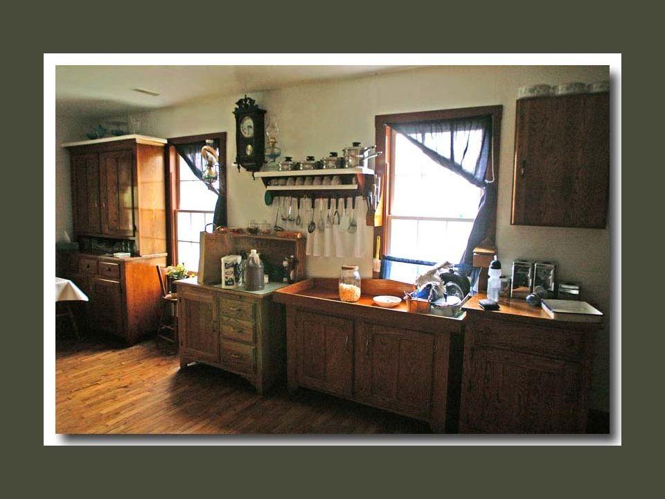 Les intérieurs des maisons sont très colorés et souvent recouverts de peaux de brebis ou de pièces tissées. Les murs sont souvent peints de couleurs v