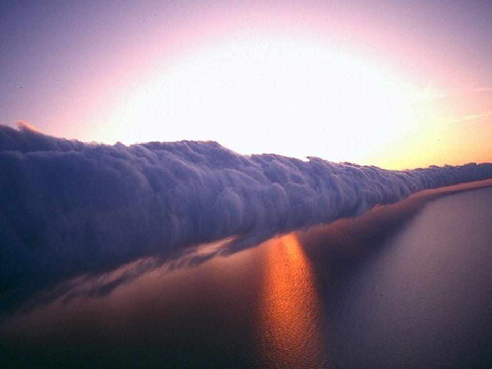Dans le Golfe de Carpentaria, en Australie du nord, entre septembre et novembre, un phénomène extraordinaire de beauté inégalée : le nuage de gloire d