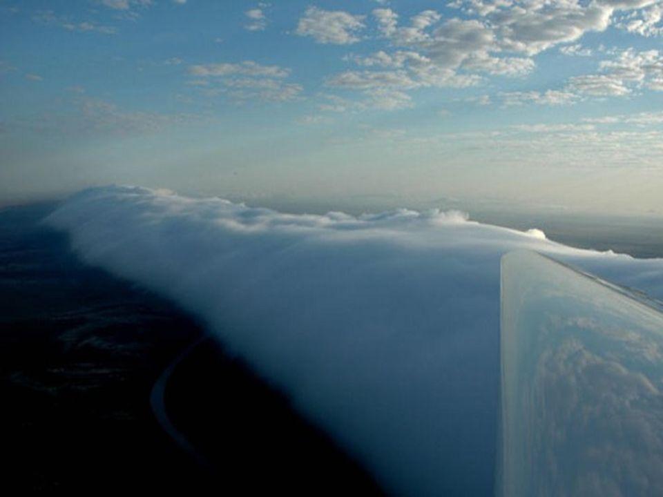 Aux premières heures du matin, une masse d air chaude, moite, venue de la mer, glisse sous l air plus frais qui est dans les couches supérieures.