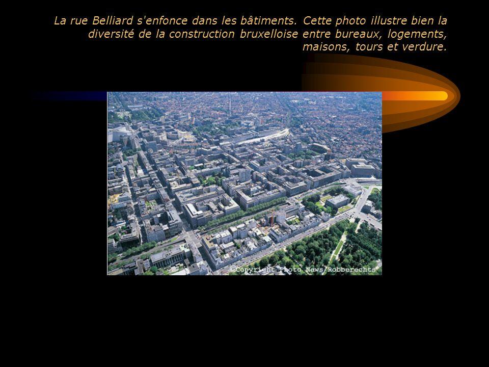La rue Belliard s'enfonce dans les bâtiments. Cette photo illustre bien la diversité de la construction bruxelloise entre bureaux, logements, maisons,