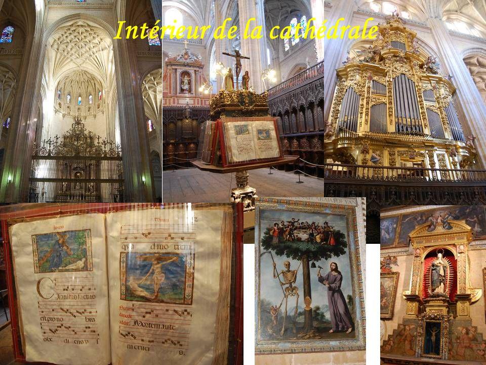 La cathédrale de Ségovie est construite en forme de croix latine.