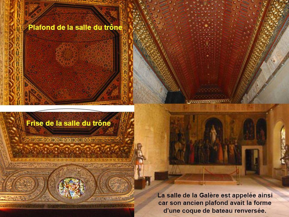 Dans l alcazar, la salle du Trône a un trône surmonté d un dais décoré du blason des Rois catholiques et de leur devise Tanto monta
