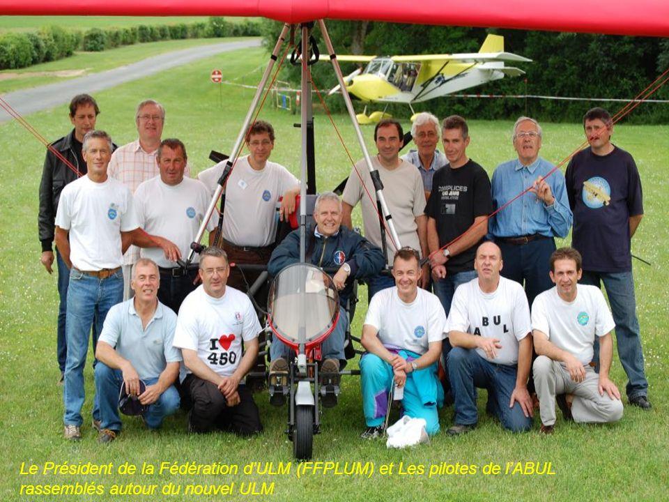 Le Président de la Fédération dULM (FFPLUM) et Les pilotes de lABUL rassemblés autour du nouvel ULM