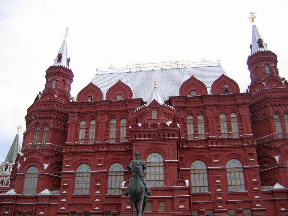On peut se promener sur la place Rouge. Elle aussi sert de décor aux grands défilés militaires, patriotiques ou idéologiques qui étaient particulièrem