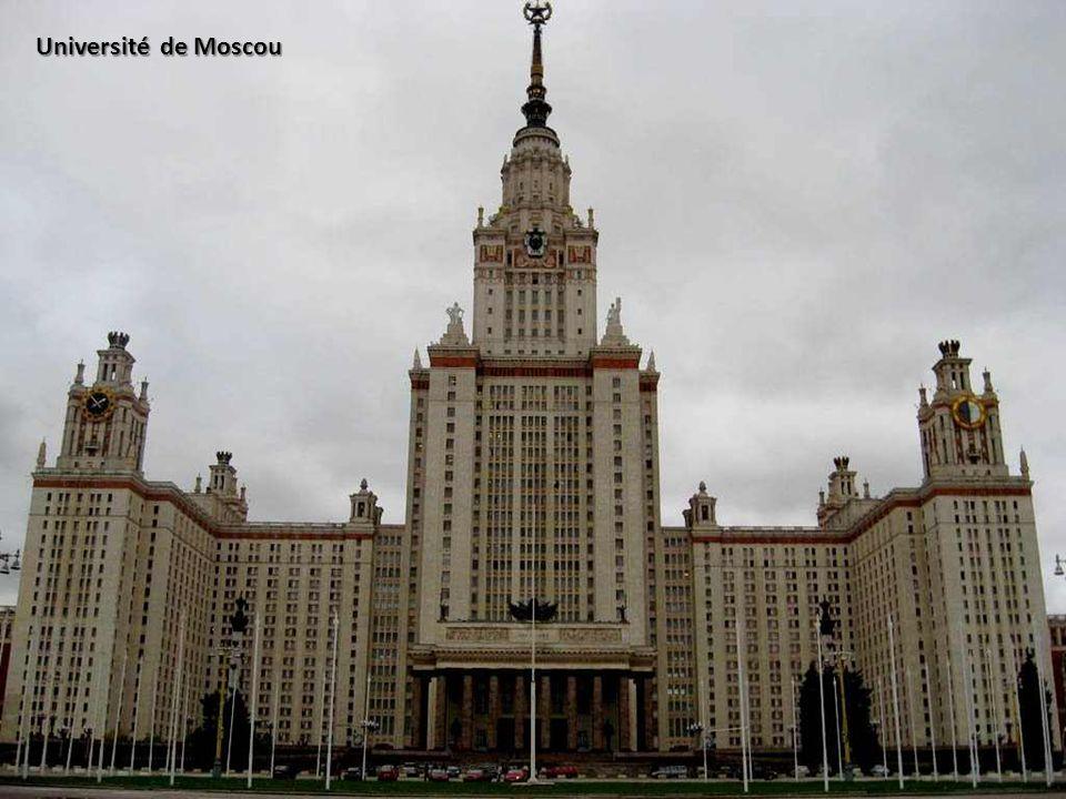 Elle fut agrandie en 1936 par la destruction de la cathédrale Notre-Dame-de-Kazan et de la Porte de la Résurrection, ordonnée par Staline.