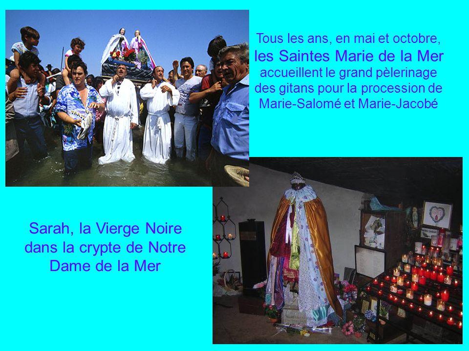 Le cheval et son gardian avec le taureau à lentrée des Saintes Marie de la Mer L Abrivado pour la conduite des taureaux des pâturages à larène, encadr