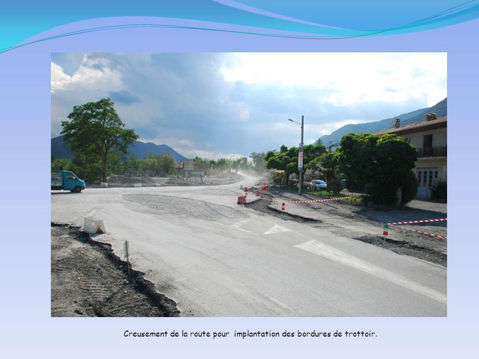 Creusement de la route pour implantation des bordures de trottoir.
