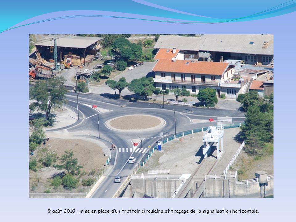 9 août 2010 : mise en place dun trottoir circulaire et traçage de la signalisation horizontale.