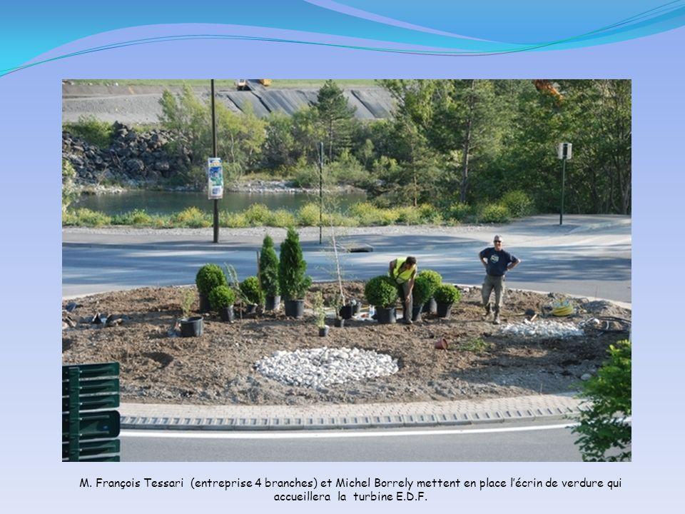 M. François Tessari (entreprise 4 branches) et Michel Borrely mettent en place lécrin de verdure qui accueillera la turbine E.D.F.