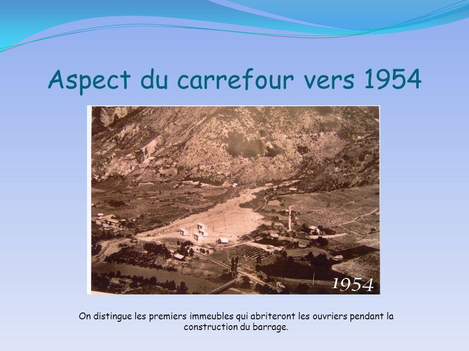 Aspect du carrefour vers 1954 On distingue les premiers immeubles qui abriteront les ouvriers pendant la construction du barrage.