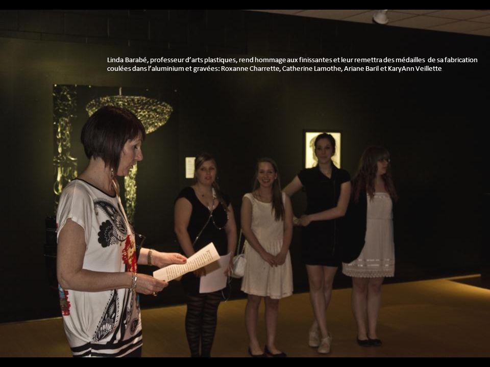 Linda Barabé, professeur darts plastiques, rend hommage aux finissantes et leur remettra des médailles de sa fabrication coulées dans laluminium et gravées: Roxanne Charrette, Catherine Lamothe, Ariane Baril et KaryAnn Veillette