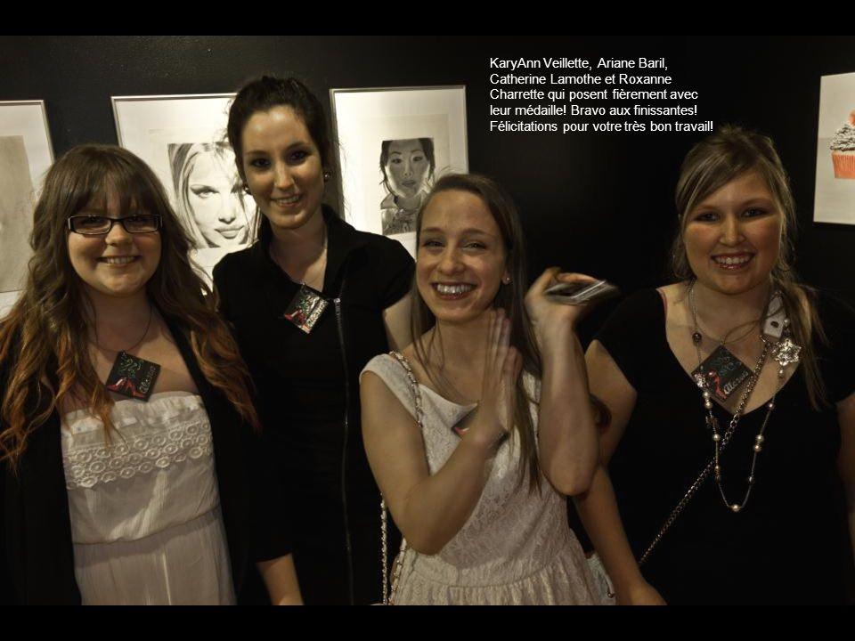 KaryAnn Veillette, Ariane Baril, Catherine Lamothe et Roxanne Charrette qui posent fièrement avec leur médaille.