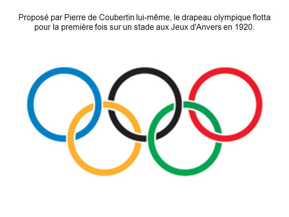 Proposé par Pierre de Coubertin lui-même, le drapeau olympique flotta pour la première fois sur un stade aux Jeux d'Anvers en 1920.