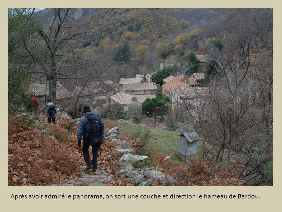 Après avoir admiré le panorama, on sort une couche et direction le hameau de Bardou.