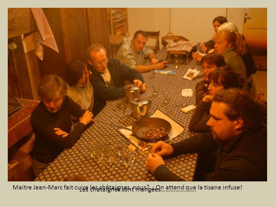 Maitre Jean-Marc fait cuire les châtaignes, nous? …On attend que la tisane infuse! Les chataignes sont mangées………………….