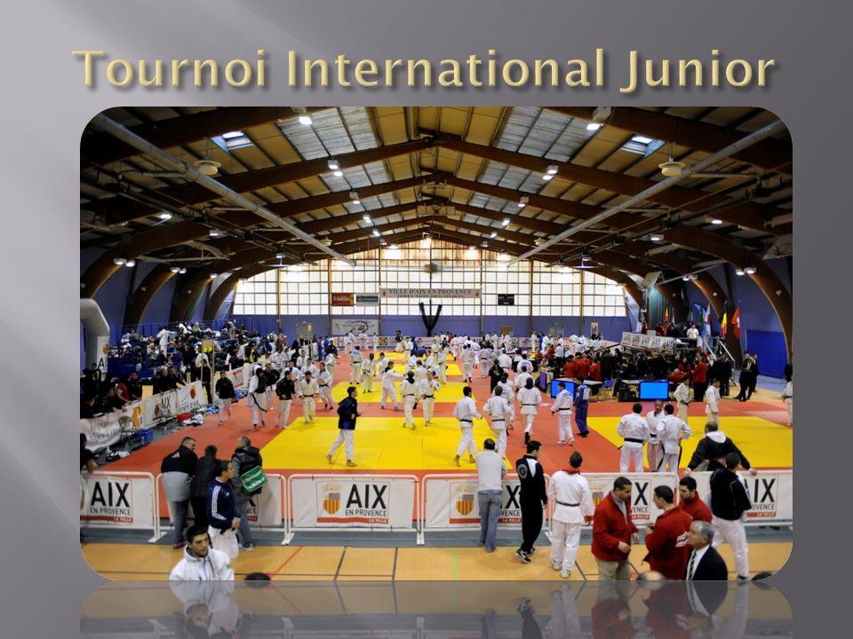 Léchauffement, la compétition et des figures emblématiques du judo au bord du tatami (en bas, au centre : M.