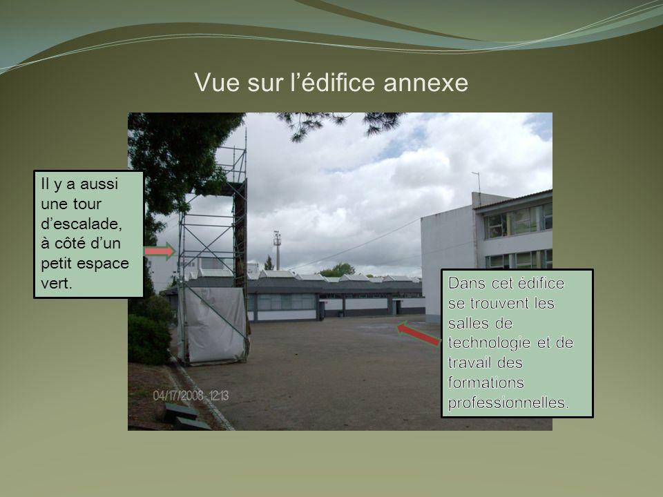 Vue sur lédifice annexe Il y a aussi une tour descalade, à côté dun petit espace vert.