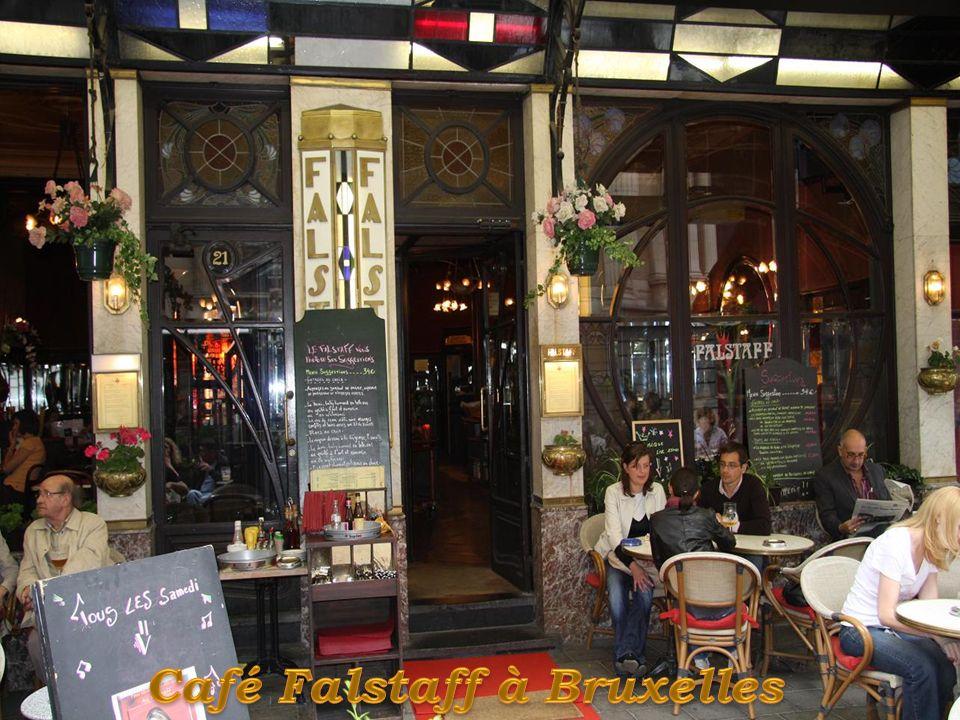 La devanture du café, à la remarquable décoration « Art nouveau géométrique », est composée de deux parties symétriques disposées de part et d'autre d