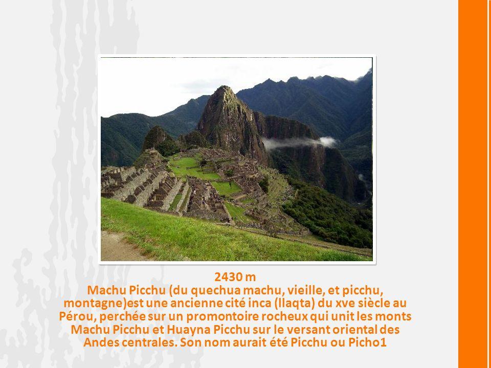 2430 m Machu Picchu (du quechua machu, vieille, et picchu, montagne)est une ancienne cité inca (llaqta) du xve siècle au Pérou, perchée sur un promontoire rocheux qui unit les monts Machu Picchu et Huayna Picchu sur le versant oriental des Andes centrales.