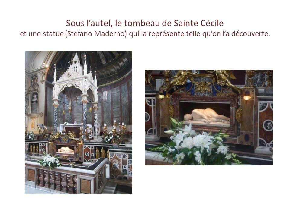 … Sainte-Cécile-du-Transtévère … Lentrée mène à une cour dominée par le campanile et la façade de léglise que précède le porche