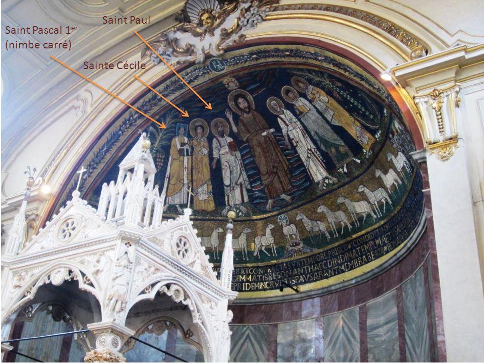 Sous lautel, le tombeau de Sainte Cécile et une statue (Stefano Maderno) qui la représente telle quon la découverte.