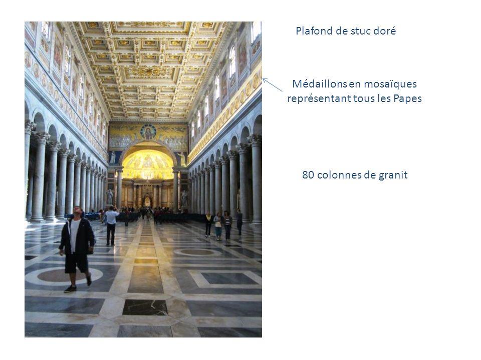 La Basilique de Saint-Paul-hors-les-murs Dans le quadriportique, la statue « sévère » de Saint Paul