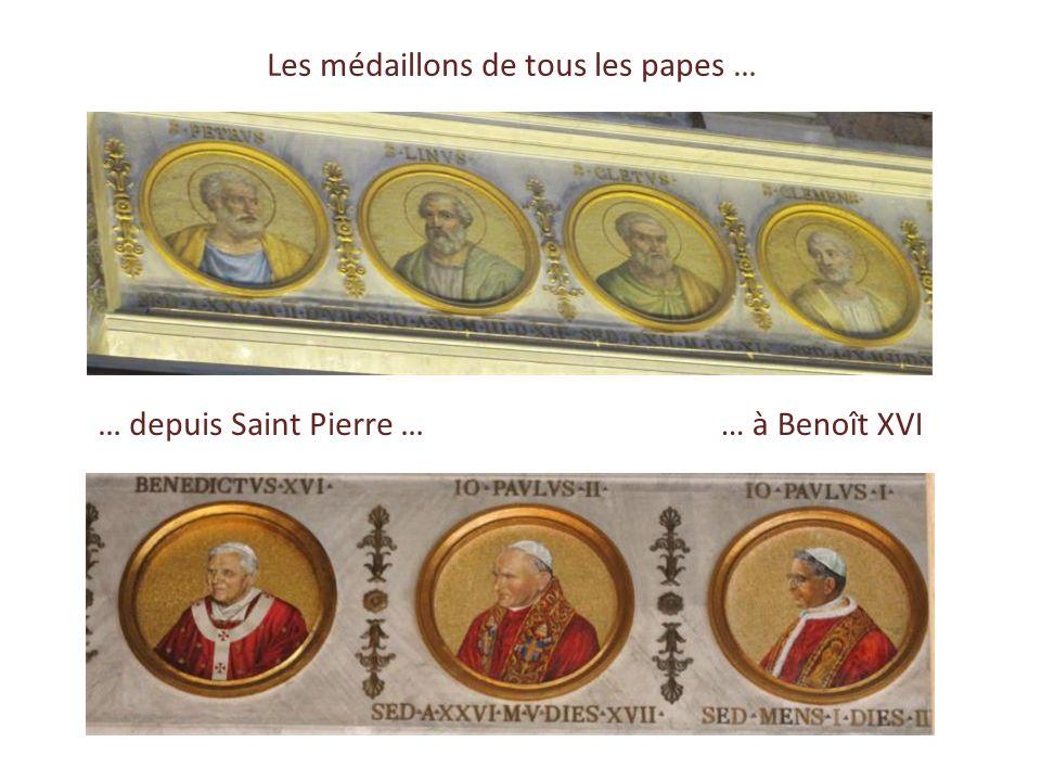 Médaillons en mosaïques représentant tous les Papes Plafond de stuc doré 80 colonnes de granit