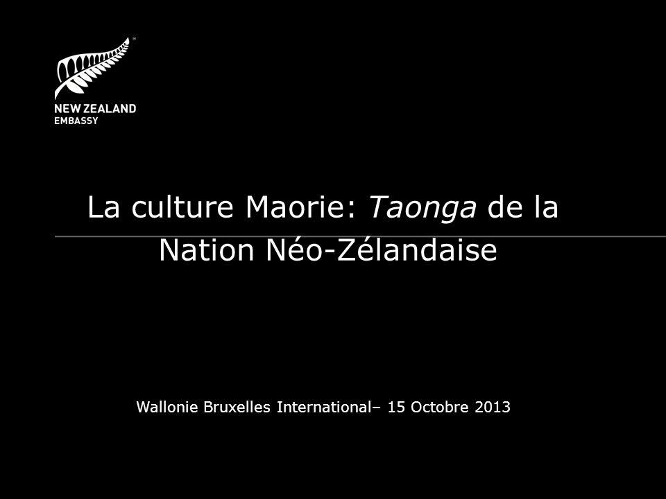 Préserver le territoire Māori, Whenua – Traité de Waitangi – Treaty settlement (Règlement de plaintes liées aux violations du Traité de Waitangi) Valoriser le passé… – Une mémoire commune à travers lexemple du Bataillon Pionnier Māori (1ère Guerre Mondiale) … et le futur: Te Reo, la langue Māorie – Un bilinguisme officiel – Les écoles dimmersion Māorie: Kura Kaupapa Māori Valoriser et préserver les trésors de la culture Māorie Taonga: Trésor, bien précieux