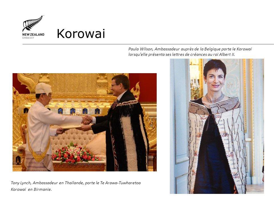 Tony Lynch, Ambassadeur en Thailande, porte le Te Arawa-Tuwharetoa Korowai en Birmanie. Korowai Paula Wilson, Ambassadeur auprès de la Belgique porte
