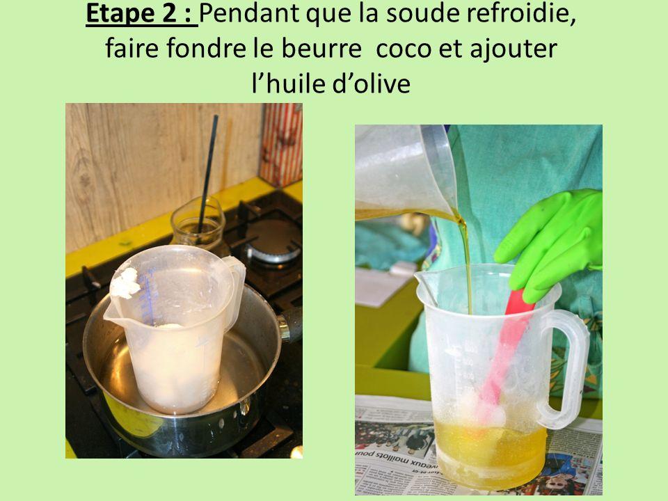 Etape 2 : Pendant que la soude refroidie, faire fondre le beurre coco et ajouter lhuile dolive