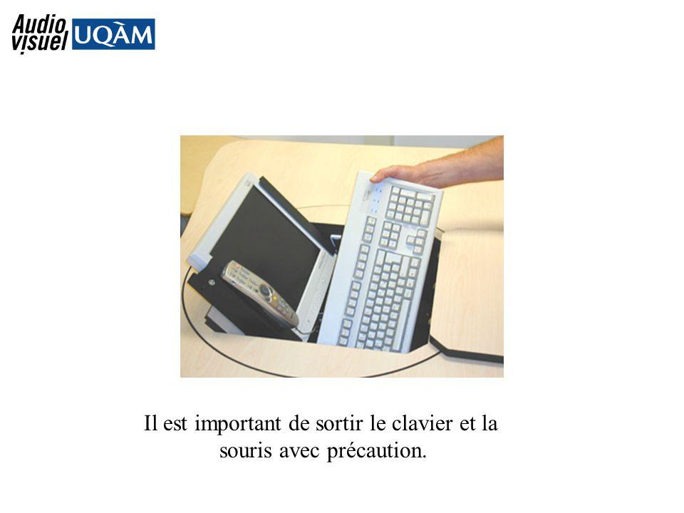 Il est important de sortir le clavier et la souris avec précaution.