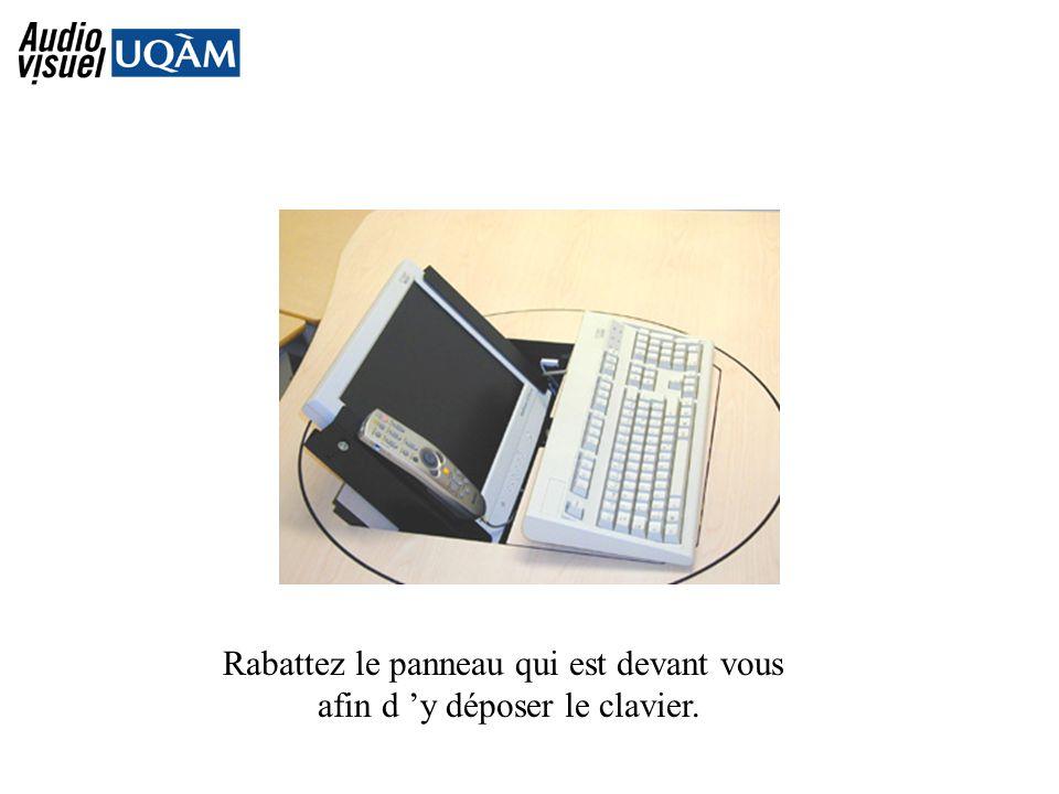 Rabattez le panneau qui est devant vous afin d y déposer le clavier.