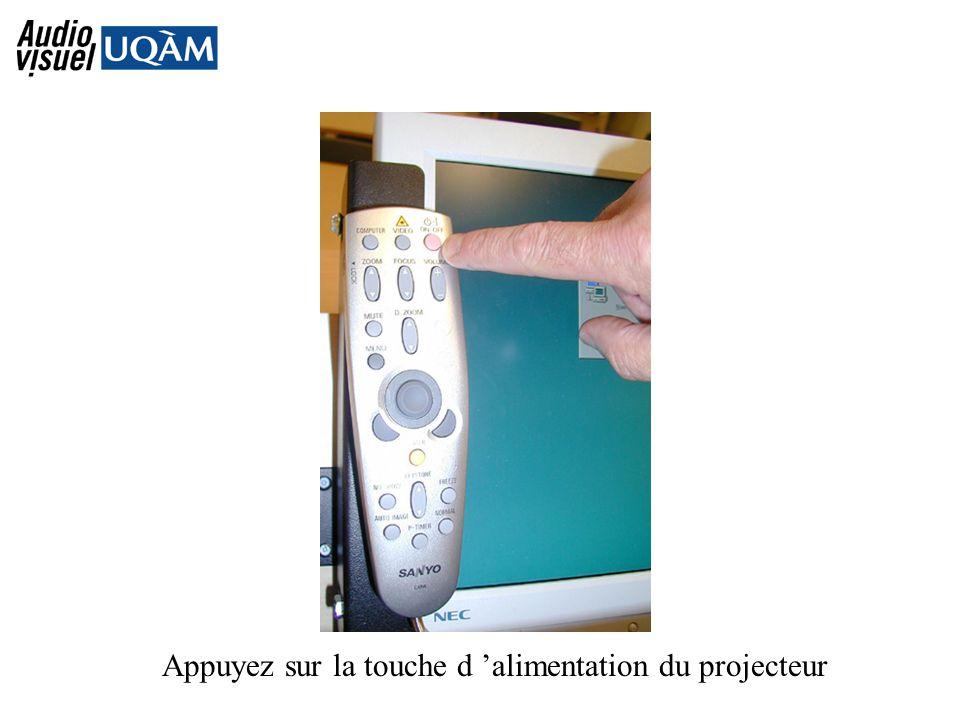 Appuyez sur la touche d alimentation du projecteur