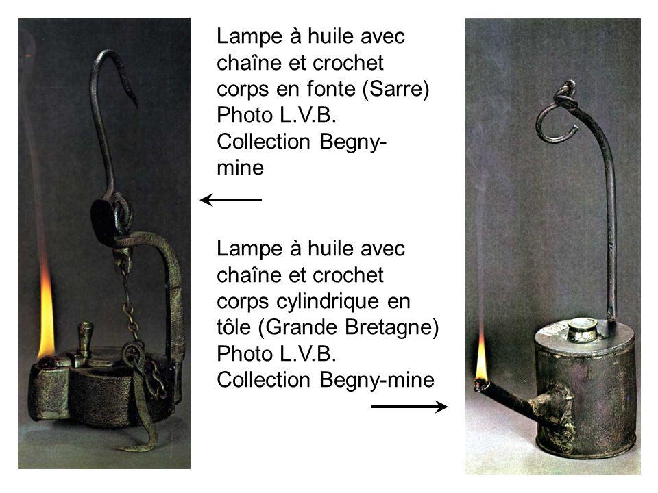 Lampe à huile avec chaîne et crochet corps en fonte (Sarre) Photo L.V.B. Collection Begny- mine Lampe à huile avec chaîne et crochet corps cylindrique