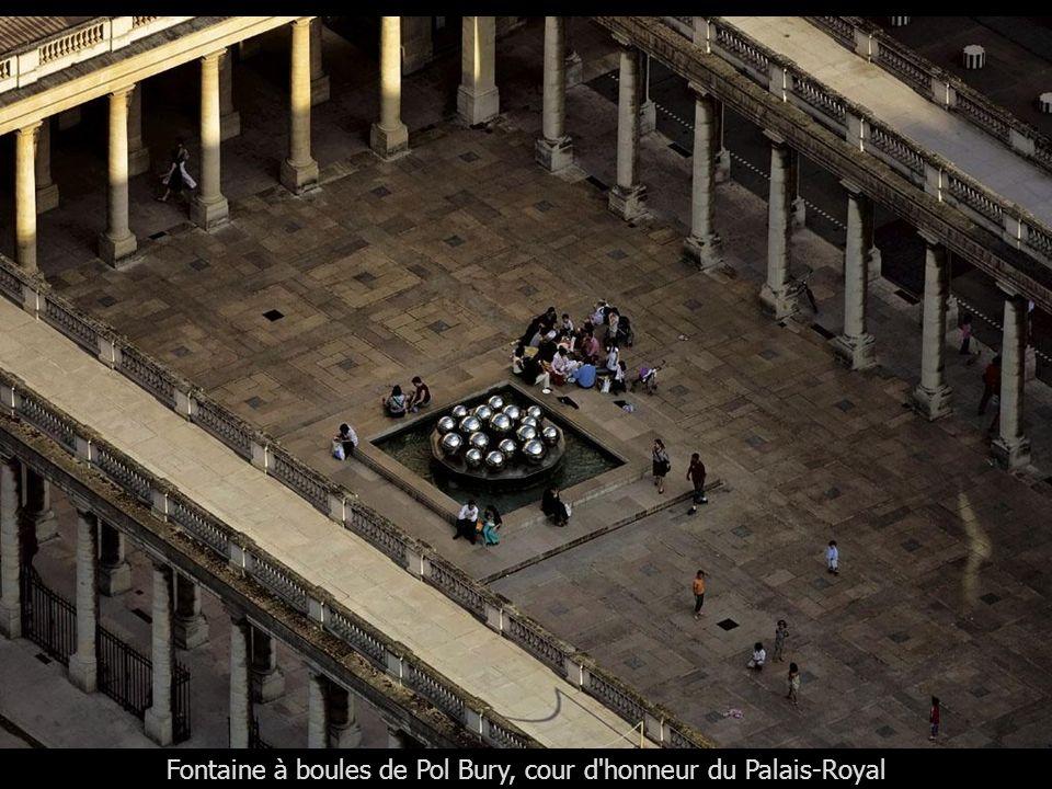 Fontaine à boules de Pol Bury, cour d honneur du Palais-Royal