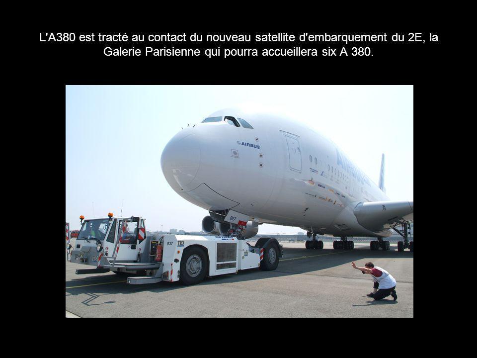 L'A380 est tracté au contact du nouveau satellite d'embarquement du 2E, la Galerie Parisienne qui pourra accueillera six A 380.