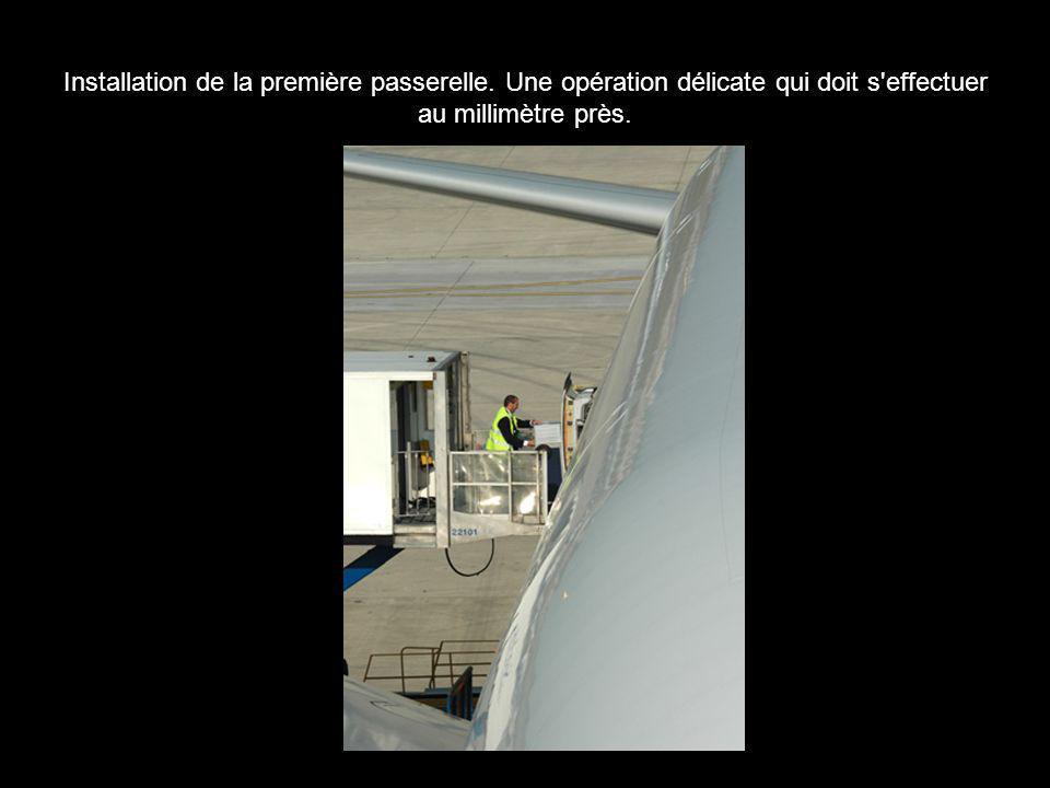 Installation de la première passerelle. Une opération délicate qui doit s'effectuer au millimètre près.
