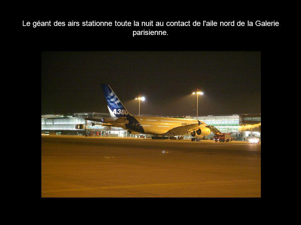 Le géant des airs stationne toute la nuit au contact de l'aile nord de la Galerie parisienne.
