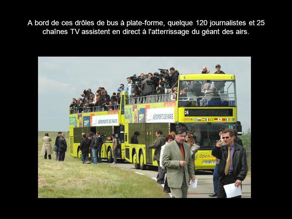 A bord de ces drôles de bus à plate-forme, quelque 120 journalistes et 25 chaînes TV assistent en direct à l'atterrissage du géant des airs.