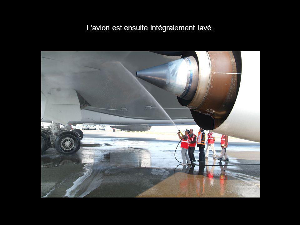 L'avion est ensuite intégralement lavé.
