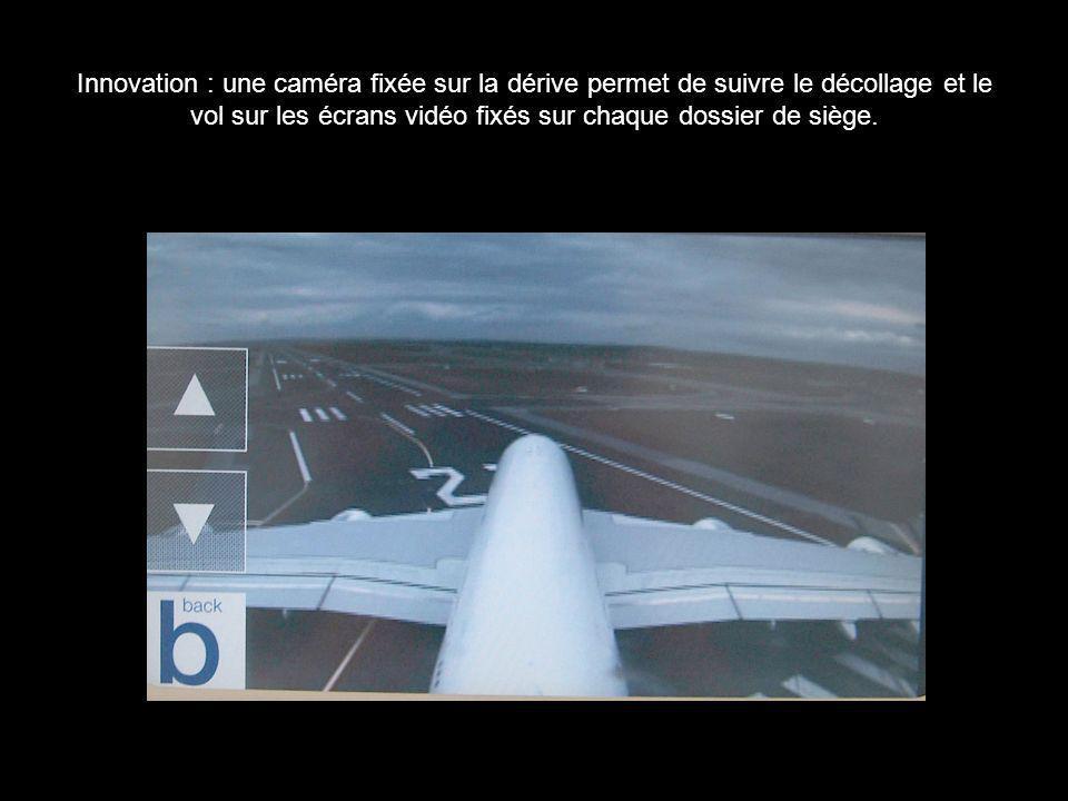 Innovation : une caméra fixée sur la dérive permet de suivre le décollage et le vol sur les écrans vidéo fixés sur chaque dossier de siège.