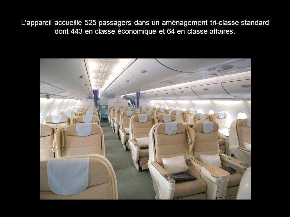 L'appareil accueille 525 passagers dans un aménagement tri-classe standard dont 443 en classe économique et 64 en classe affaires.