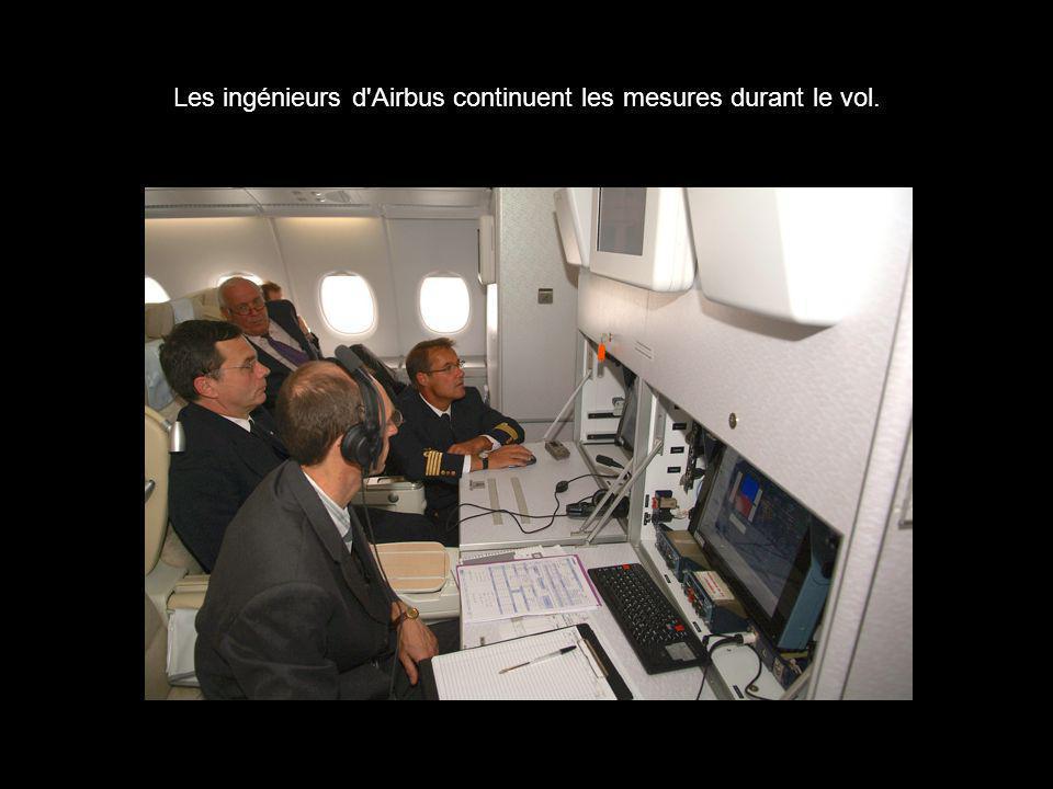 Les ingénieurs d'Airbus continuent les mesures durant le vol.