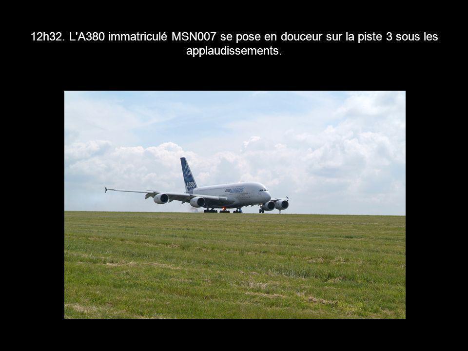 12h32. L'A380 immatriculé MSN007 se pose en douceur sur la piste 3 sous les applaudissements.
