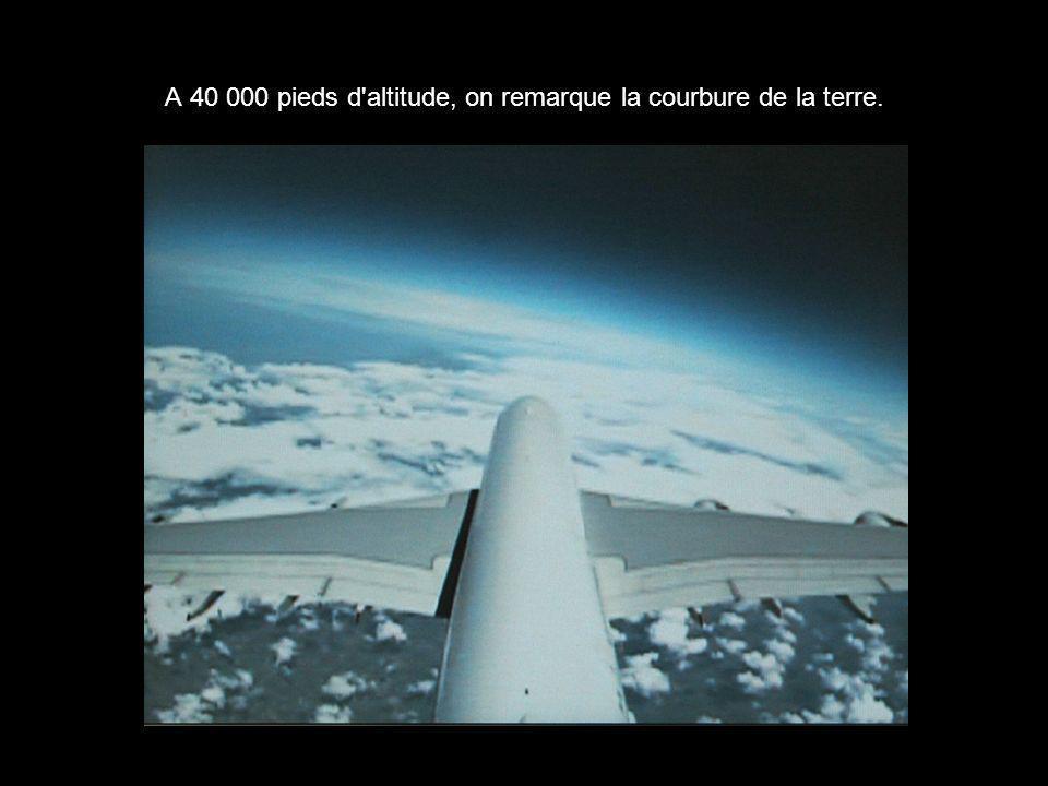 A 40 000 pieds d'altitude, on remarque la courbure de la terre.