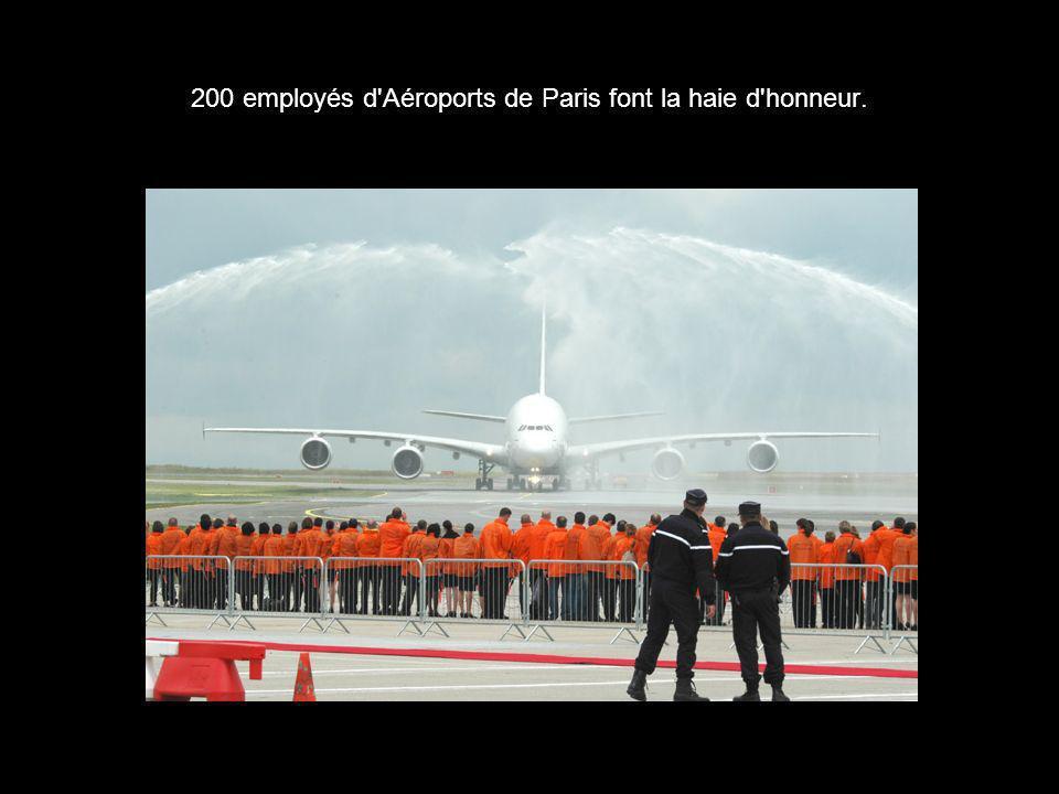 200 employés d'Aéroports de Paris font la haie d'honneur.